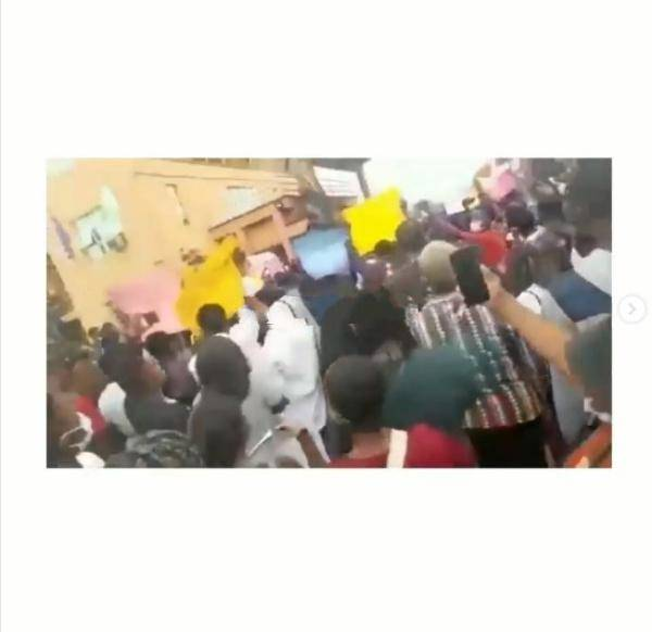 UNIBEN students block Lagos-Benin highway as they protest against fees hike